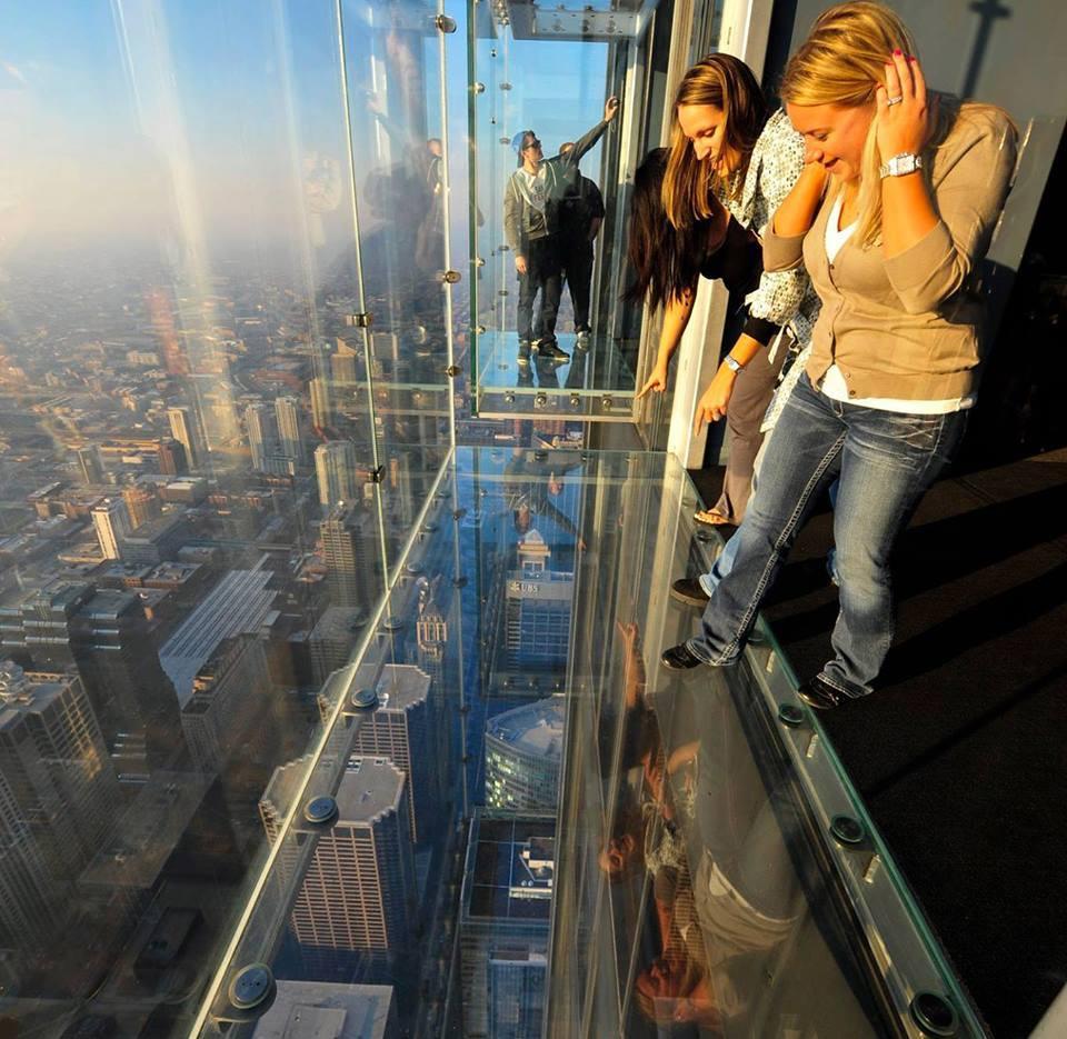 Miedo en las alturas con el vidrio al aire.