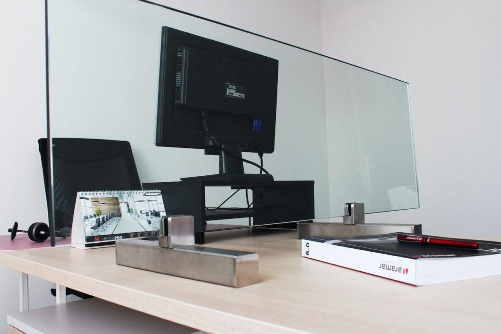 pantalla protectora con soporte Aramar